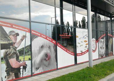 Corner GR - kirakat reklámfeliratozás perforált ablakfóliával (One way vision fólia)
